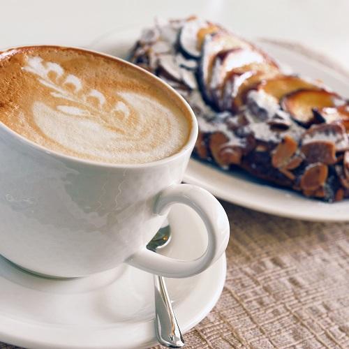 New Schaal met zoete verleidingen en een kopje koffie of thee bij @LA82